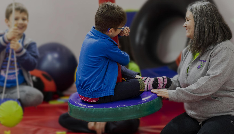 terapeuta ocupacional sonriendo con niños